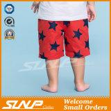 O algodão da forma caçoa os meninos da roupa que vestem calças para o verão