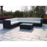 コーヒーテーブルとセットされる中庭のソファー