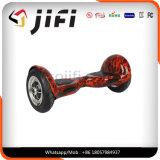 Individu équilibrant le scooter électrique de deux-roues, scooter électrique de mobilité