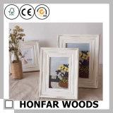 Branco gasto que está o frame de retrato de madeira