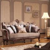 Sofà classico del tessuto impostato con la Tabella di legno per il salone