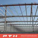 Veloci prefabbricati montano la struttura d'acciaio per il magazzino