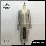 Dame-Seite schlitzte lange Hülse gestrickten Wolle-Mantel mit Taschen auf