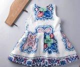 夏のための子供の衣服の子供の摩耗の服に着せている女の子