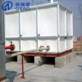 El tanque de agua usado de la torre de agua del hogar