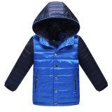O revestimento do inverno dos meninos do modelo novo, cor maioria por atacado do contraste caçoa a roupa
