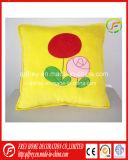 Gelber netter Plüsch-weiches Kissen mit der Blume geprägt