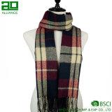冬の標準的で細長い格子縞のスカーフ