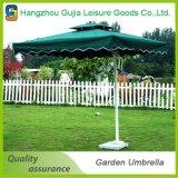 Destacáveis impermeáveis personalizados da impressão estalam acima guarda-chuvas do jardim