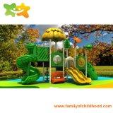 託児所の子供のための屋外の運動場のスライド