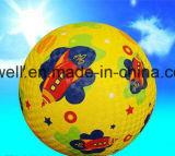 Bola de encargo de los niños coloridos en el patio