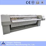 電気か蒸気によって熱されるアイロンをかける機械