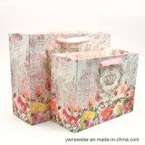 Bolsa de papel del regalo con la impresión exquisita de la flor