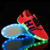 人の女性のための多彩な通気性のFlyknitのスポーツの靴の新しい傾向再充電可能なLEDの靴