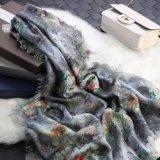 회색 형식 선물 스카프에 꽃