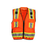 Verkeer die het Weerspiegelende Vest van de Veiligheid met Zakken voor Mensen waarschuwen