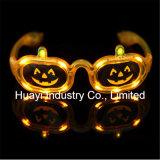 A abóbora de Halloween ilumina acima óculos de sol do diodo emissor de luz