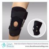 Parentesi graffa di ginocchio provvista di cardini con le cinghie trasversali sopra e sotto la rotula