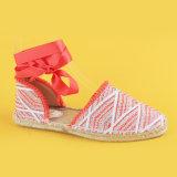 백색 여자와 빨간 Ankel 동점 평지 날카로운 발가락 Espadrilles