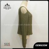 Le donne trattano con freddezza la parte superiore del maglione del Knit dell'indicatore luminoso del collo di V