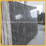 I cinesi appendono le mattonelle di pavimento di marmo grige per la cucina e la stanza da bagno