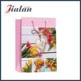 L'amour stratifié mat de papier en ivoire fleurit le sac de papier de cadeau d'achats