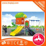 El patio de los cabritos contiene el patio plástico del jardín de la infancia con la diapositiva