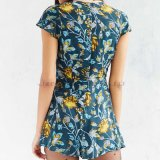 Повелительницы Woven ruffle-Front V-Neck, Cap Sleeves, Surplice Front, Short Romper с Blue Anita Printing