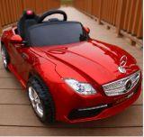 Benz scherzt Spielzeug-Fernsteuerungsfahrt auf Auto