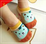 ゴム製靴底が付いている最もよい品質の赤ん坊のソックス
