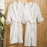 白い綿のテリーの刺繍されたロゴの男女兼用のホテルの浴衣