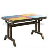 Mesa de comedor de madera de colores para el uso del restaurante casero