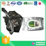 Lo spreco di plastica del cane prende il sacchetto con il legame della maniglia