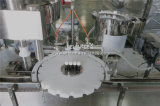 Petróleo esencial que llena tapando la máquina de Monoblock que capsula