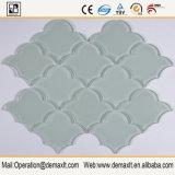 Getto di acqua che taglia il mosaico a forma di ventaglio di cristallo