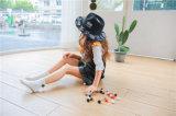 Gioco con le sfere ----Il cotone accogliente bello della sfera della bambina colpisce con forza il modo ed i bei calzini