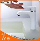 Golpecito blanco del lavabo del color del diseño popular