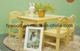 A tabela e a cadeira do estudo ajustaram-se para a utilização das crianças