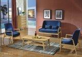 小さい斜めのコーヒーテーブルが付いている偶然の居間