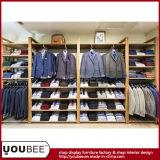 Estante de visualización montado en la pared de madera para el diseño interior del almacén de ropa de los hombres