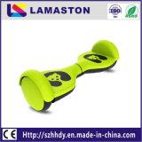 電気スクーターのバランスをとっている小型サイズの子供2の車輪の自己