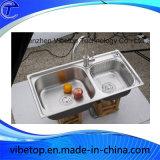 二重ボールの台所は流しのステンレス鋼をごしごし洗う