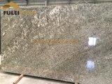 雪のMoutain白いGrnaiteの灰色の花こう岩