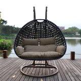 Mobília ao ar livre de suspensão da cadeira do balanço do bastão de vime ao ar livre do Rattan com carrinho