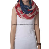 Donne bianche e sciarpa lunga della bandiera americana blu