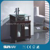 Fußboden, der festes Holz-Badezimmer-Möbel mit Wanne steht
