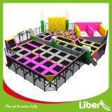 Grande sosta dell'interno commerciale del trampolino con la corte di Dodgeball