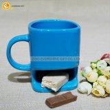 ビスケットのホールダーのコーヒー・マグが付いている陶磁器のクッキーのマグ