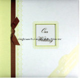 Album de scrapbook de mariage avec un cadre et un ruban
