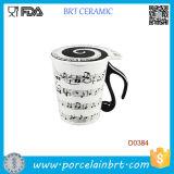 Музыкальные примечания держат кружку молока кофеего песни рояля керамическую